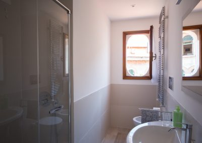 GIARDINO SEGRETO APARTMENT, the bathroom with the large shower